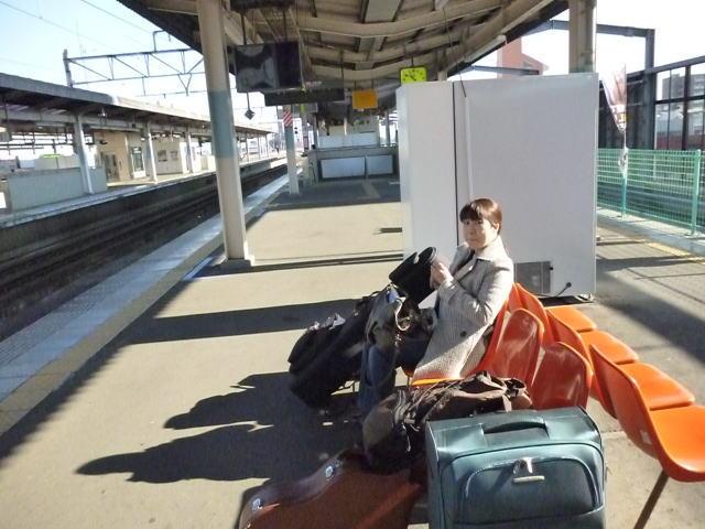 前橋駅にてぼーっとするヨメ