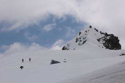 宝剣岳へ向かう登山者