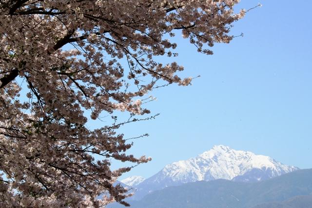 残雪の甲斐駒ケ岳