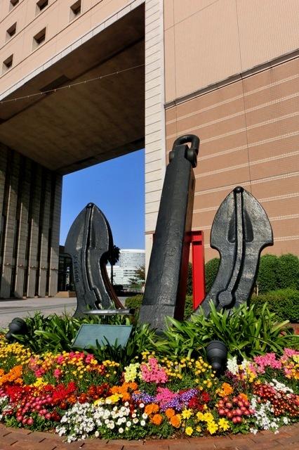 横浜国際船員センター(ナビオス横浜)前の大錨