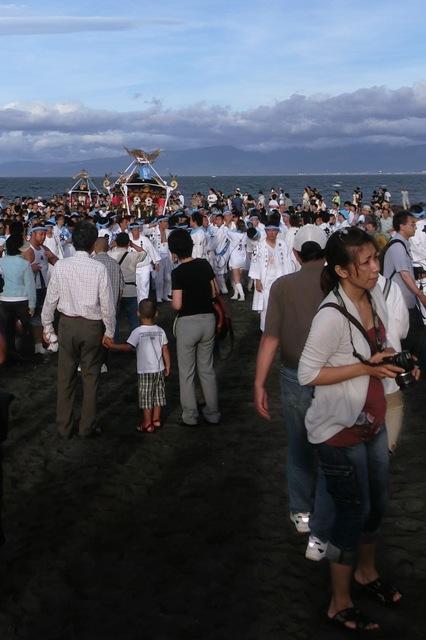 みそぎを終えて海から帰る神輿