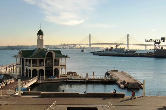 ぷかり桟橋と横浜ベイブリッジ