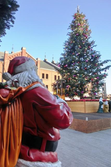 サンタクロース越しのクリスマスツリー