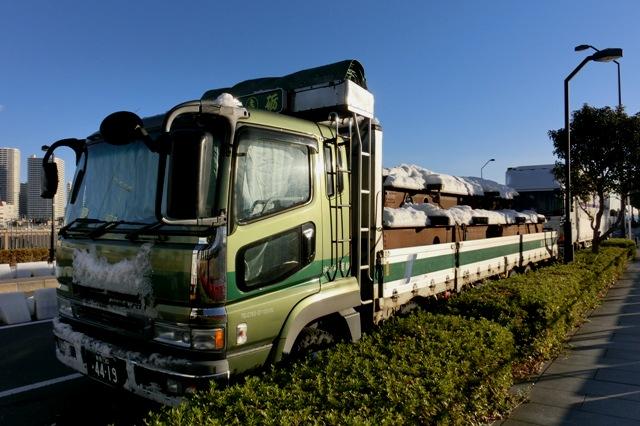 雪をかぶった新潟からのトラック