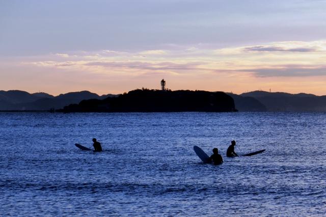江ノ島とサーファー