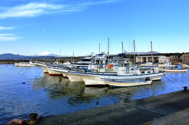 茅ヶ崎漁港と富士山