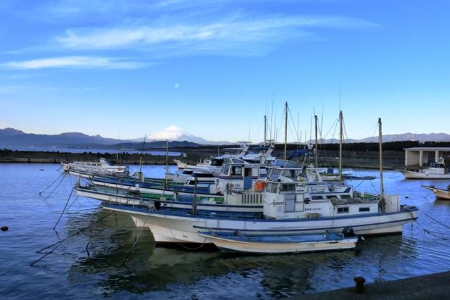 茅ヶ崎漁港と霊峰富士山