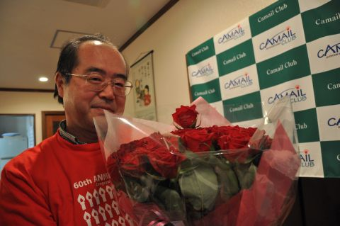 薔薇を抱く男