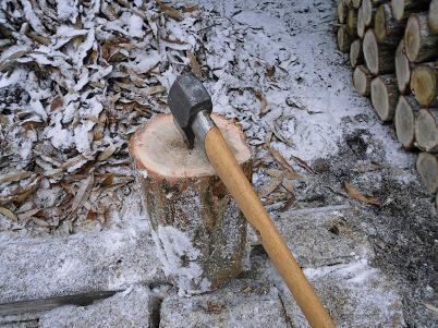 小雪の中で薪割り(2012年12月)
