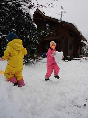 家の前で雪遊び