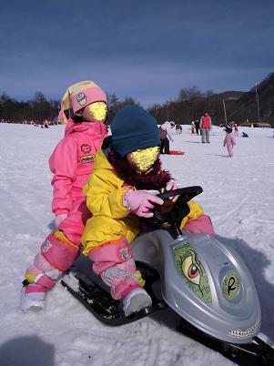 スキー場でソリ遊び