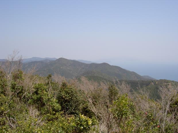 山頂から東を望む