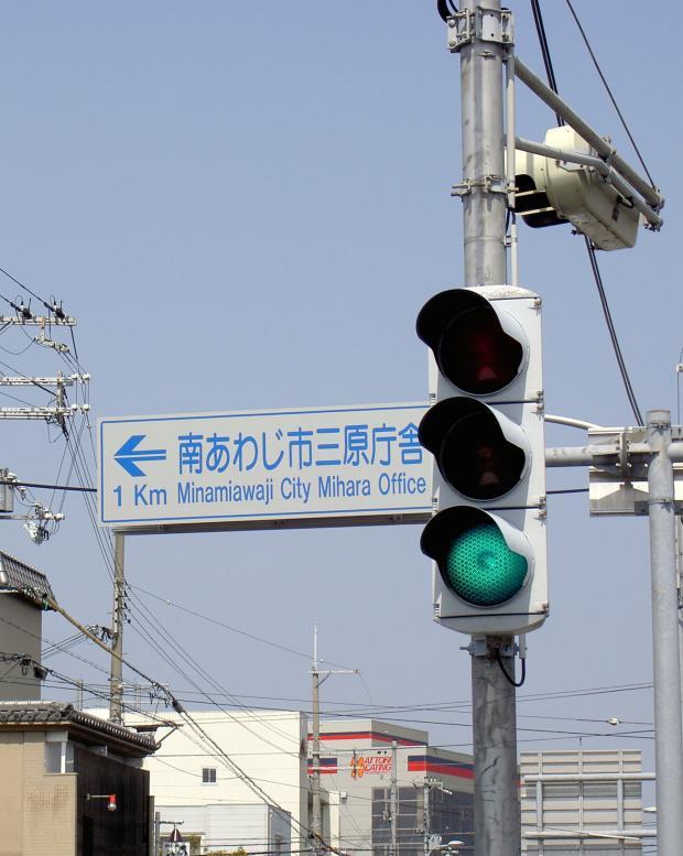 北海道および豪雪地帯以外の地方では、レアな縦型信号