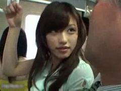 電車内で人目も気にせずやらせてくれる可愛い痴女