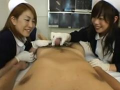 勃起したちんぽを楽しそうにゴム手袋で手コキフェラする看護婦達