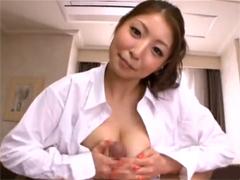 【長身巨乳】裸にシャツの秋吉ひながモーニングフェラ&パイズリで気持ち良く起こしてくれます!