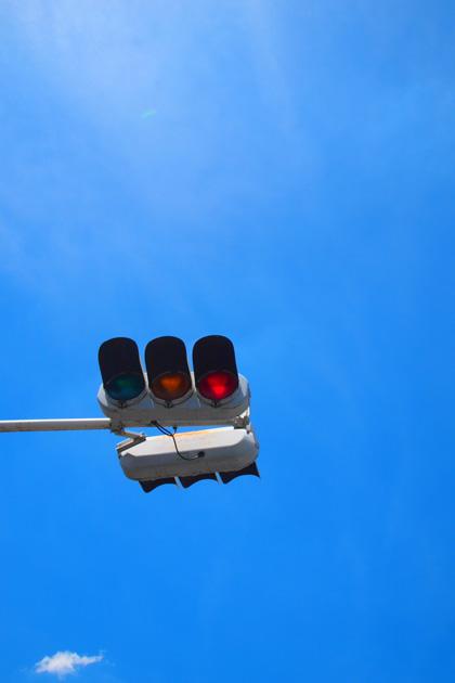 信号と青い空