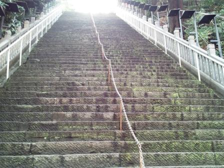 愛宕神社出世の石段見上げ_H24.03.06撮影