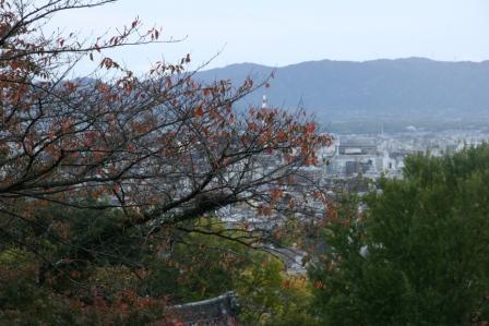龍馬の墓から見える京都タワー_H24.11.10撮影