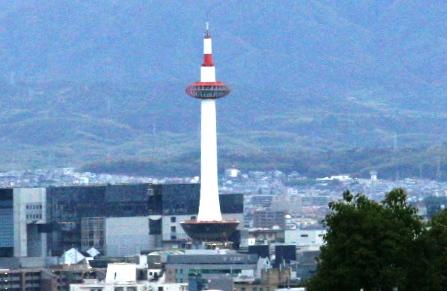 霊山護国神社から見える京都タワー(拡大)_H24.11.10撮影