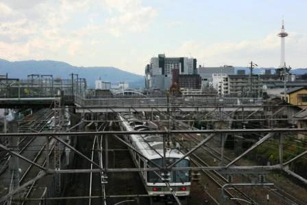 京都タワーと東海道線_H24.12.18撮影