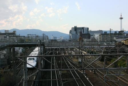 京都タワーと新幹線_H24.12.18撮影