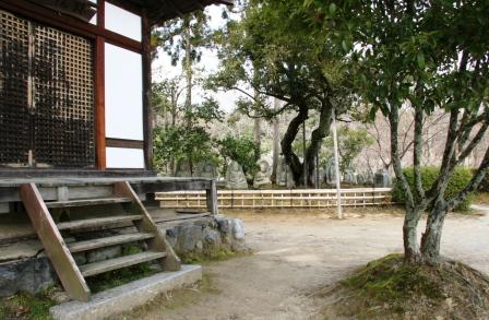 大覚寺護摩堂脇から石仏群_H25.03.16撮影