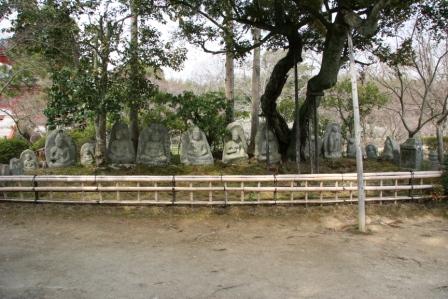 大覚寺護摩堂脇の石仏_H25.03.16撮影