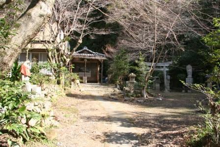 三角寺お堂と鳥居_H25.03.16撮影