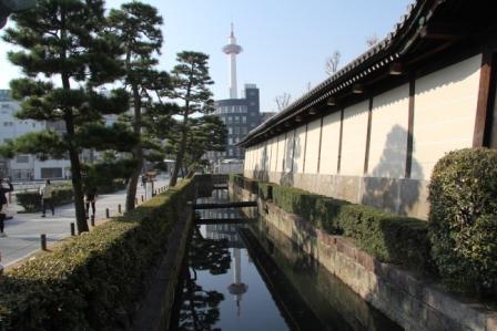 水面に映る逆さ京都タワー(日中)_H25.03.17撮影