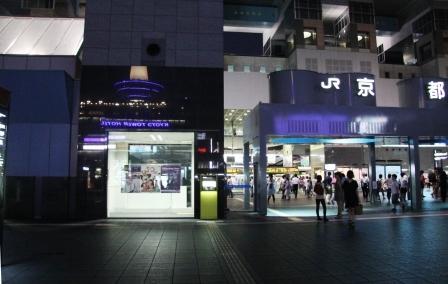 駅壁面に映る京都タワー_H25.06.15撮影