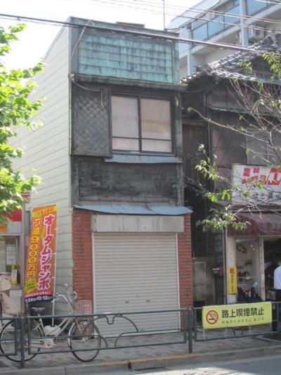 青物横丁駅前の胴板葺の建物①