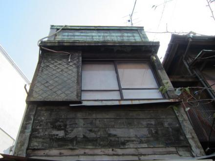 青物横丁駅前の胴板葺の建物②