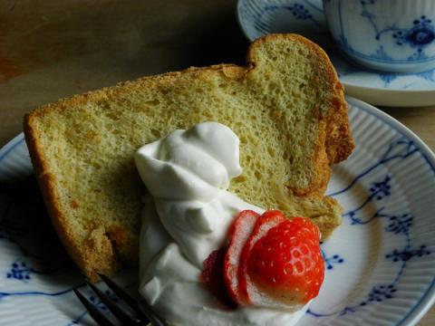 バニラシフォンケーキ クリーム添え