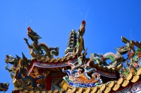前殿の屋根の装飾龍