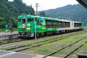 窓枠の大きなトロッコ列車