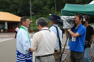 NSTの取材を受ける菅家会長