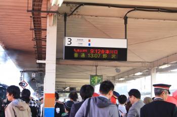 2番線に集まる乗客・観客の皆さん