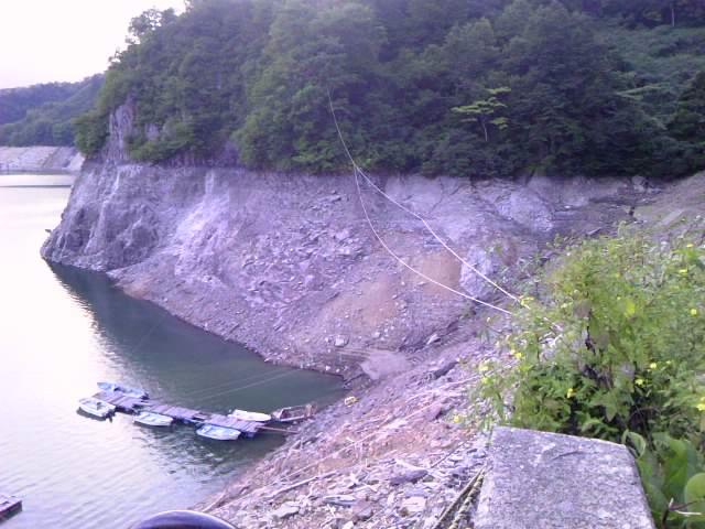 水面に隠れていた山肌がむきだしの状況
