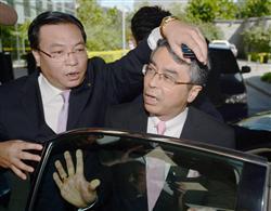 頭押さえつけ取材対応を妨害 中国公安当
