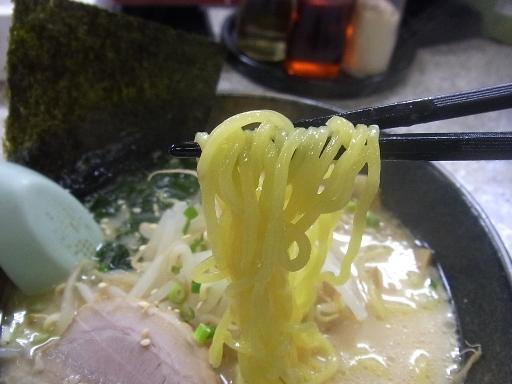 ややちぢれた中細麺