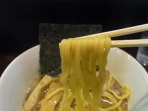 ややウエーブした太麺