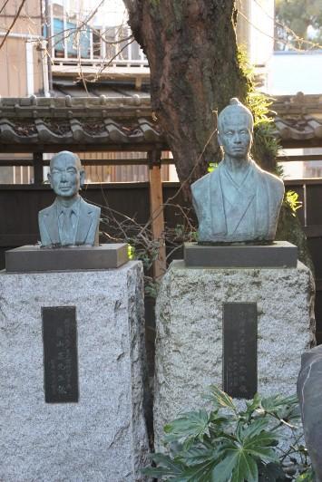 創設者の銅像