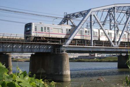 荒川橋梁を渡る京成線