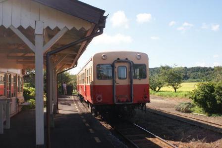 上総鶴舞駅に入ってきた列車