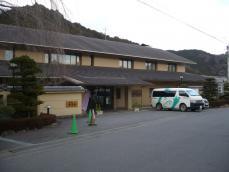 バス停近くには温泉旅館が