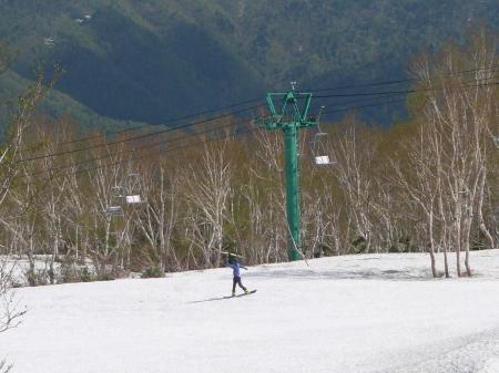 ボードを担いで登ってきたスノーボーダー