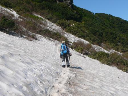 D尾根取付きの雪渓をトラバース