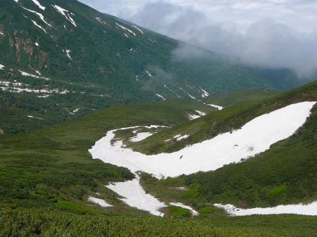 尻スベリした雪渓が眼下に見えます