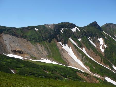 三峰山の稜線には沢山の登山者が見えます。